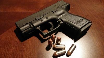 gebrauchte Pistole mit Patronen